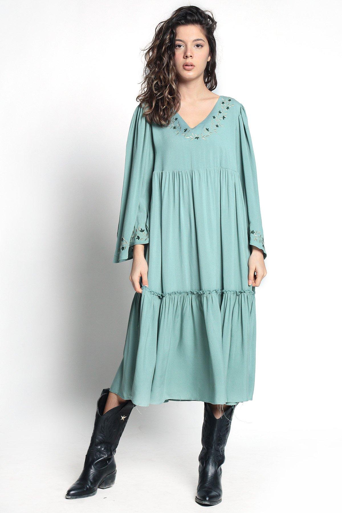 Kol İşlemeli Piliseli Elbise