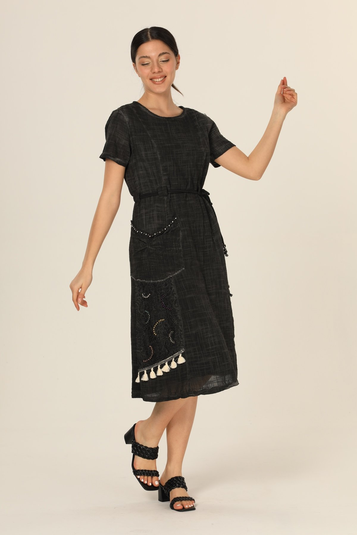 İşlemeli Kemerli Elbise
