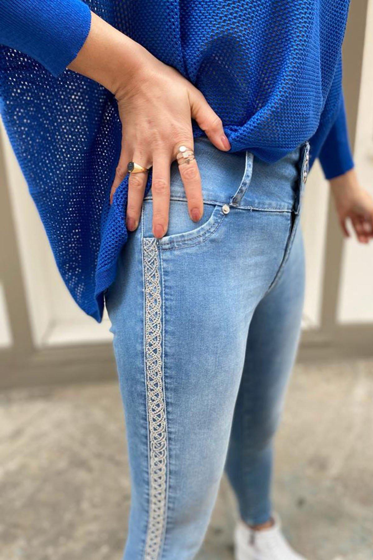 Üç Düğmeli Yan İşlemeli Jean