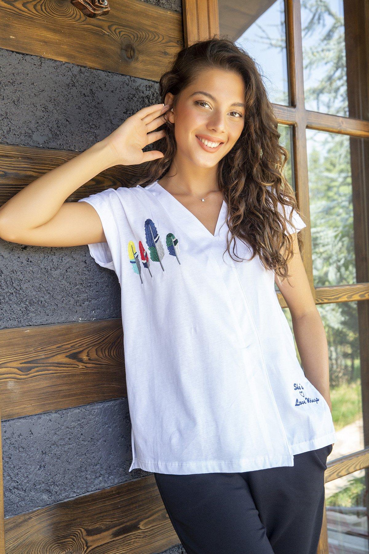 İşlemeli V Yaka T-shirt